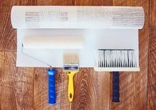 Widok od above przy niektóre narzędziami dla wallpapering i rolki tapeta Zdjęcie Royalty Free