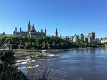 Widok od Alexandra mostu na pięknym pogodnym letnim dniu parlamentu wzgórze sąd najwyższy Kanada zdjęcia stock