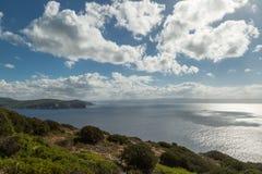 Widok od Capo Caccia przez Śródziemnomorskiego w kierunku Alghero Zdjęcia Royalty Free