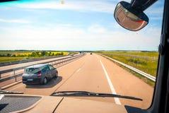 Widok od ciężarówki na autostradzie Obrazy Royalty Free