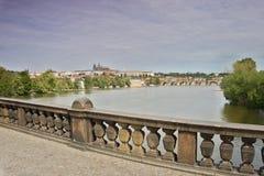 Widok od Czechoslovak legia mosta nad rzecznym Vltava Hradcany w Praga Fotografia Stock