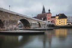 Widok od Danube na kamienia moście w Regensburg zdjęcia stock