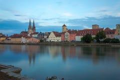 Widok od Danube na Regensburg ` s linii horyzontu Podczas Błękitnej godziny zdjęcie stock