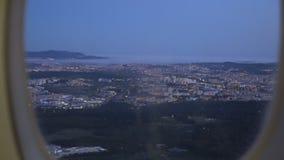 Widok od desantowego samolotu out okno miasto przy zmierzchem zdjęcie wideo