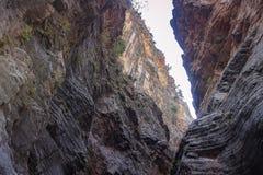 Widok od dna który tworzy ciekawiący warstwy i strukturę halne ściany, zdjęcie royalty free