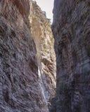 Widok od dna który tworzy ciekawiący warstwy i strukturę halne ściany, obraz stock