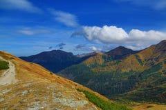 Widok od drogi na Tomanowa Tatry połysku górach, jesień Obraz Stock