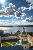 Widok od dzwonkowy wierza w kierunku brama kościół St apostołowie Peter i Paul w Nilov monasterze, Rosja zdjęcia stock