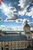 Widok od dzwonkowy wierza w kierunku brama kościół St apostołowie Peter i Paul w Nilov monasterze, Rosja fotografia stock