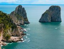 Widok od falezy na wyspie Capri, Włochy i skały w morzu, Zdjęcia Stock