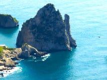 Widok od falezy na wyspie Capri, Włochy i skały w morzu, Zdjęcie Stock