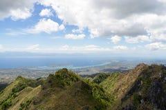 Widok od gór tropikalny morze pod chmurnym niebieskim niebem Fotografia Royalty Free