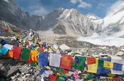 Widok od góry Everest podstawowego obozu z modlitewnymi flaga Zdjęcie Royalty Free