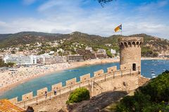 Widok od grodowego wzgórza w kierunku plaży Grodowy wierza i czerep ściany Tossa De Mar miasteczko w Hiszpania zdjęcia stock