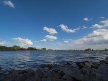 Widok od groyne nad Rhine na wietrznym popołudniu Obraz Royalty Free