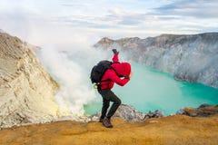 Widok od Ijen krateru, siarka opar przy Kawah Ijen, Vocalno w Indenesia obrazy royalty free