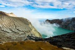 Widok od Ijen krateru, siarka opar przy Kawah Ijen, Vocalno w Indenesia obraz royalty free