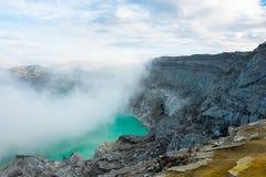 Widok od Ijen krateru, siarka opar przy Kawah Ijen, Vocalno w Indenesia zdjęcie royalty free
