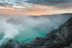 Widok od Ijen krateru, siarka opar przy Kawah Ijen, Vocalno w Indenesia obrazy stock