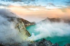 Widok od Ijen krateru, siarka opar przy Kawah Ijen, Vocalno w Indenesia zdjęcia stock