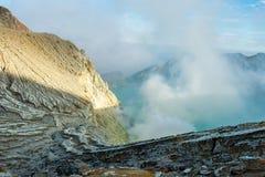 Widok od Ijen krateru, siarka opar przy Kawah Ijen, Vocalno w Indenesia zdjęcie stock