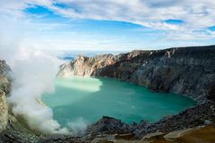 Widok od Ijen krateru, siarka opar przy Kawah Ijen, Vocalno w Indenesia fotografia stock