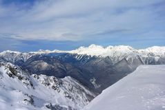 Widok od kabinowego narciarskiego dźwignięcia w górach wokoło kurortu Rosa Khutor w Sochi Obrazy Stock