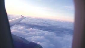 Widok od latającego samolotowego okno skrzydła, bielu i chmurnieje podczas gdy ranku wschód słońca Antena krajobrazowy zmierzch w zbiory wideo