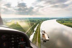 Widok od latającego sporta samolotu nad rzeka krajobrazem Zdjęcie Stock