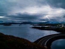 Widok od latarni morskiej wyspy Stykkishà ³ lmur, Iceland z couldy pogodą na oceanie i drodze obraz royalty free