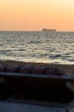 Widok od leżaka na oceanu statku sylwetce Fotografia Stock