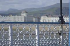 Widok od Llandudno mola w kierunku miasteczka na wybrzeżu Północny Walia między Bangor i Colwyn Trzymać na dystans Fotografia Royalty Free