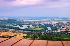 Widok od Lovos wzgórza europejski rzeczny Labe w Lovosice mieście i Pistany jeziorze pod Radobyl wzgórzem w śliwek Czeskich środk Obraz Royalty Free