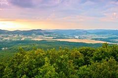 Widok od Lovos wzgórza rzeczna Labe dolina w śliwek Czeskich środkowych górach przy zmierzchem Fotografia Royalty Free
