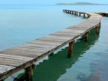 Widok od mola na morzu przy samotności plażą na Tajlandzkim wyspy Koh Kood Obrazy Stock