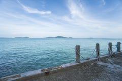 Widok od mola na pięknym krystalicznym morzu, niebieskiego nieba z chmurami i zieleni wysp, Obraz Royalty Free