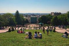 Widok od Montmartre wzgórza zielony gazon przed Sacre Coeur kościół z turystami relaksuje i cieszy się zdjęcia stock