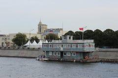 Widok od motorowego statku budynek Przeciwawaryjna Ratownicza usługa Rosyjski Emergencies ministerstwo obrazy royalty free