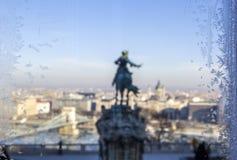 Widok od mroźnego okno na Budapest, Węgry fotografia stock
