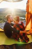 Widok od namiotu młoda caucasian para w miłości podczas gdy one siedzi na góry tle przy zmierzchem Widok dla obraz stock