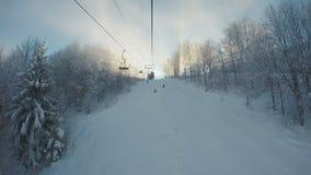 Widok od narciarskiego dźwignięcia piękni śnieżni skłony i puszyści biali drzewa na poboczach zdjęcie wideo
