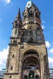 Widok od niskiego punktu widzenia przy Kaiser Wilhelm Pamiątkowym kościół, jeden znacząco widoki Berlin obrazy royalty free