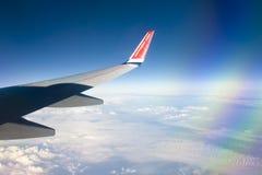 Widok od Norweskiego samolotowego okno z niebieskim niebem i bielem chmurnieje 08 07 2017 Palma de Mallorca, Hiszpania Zdjęcia Stock