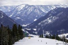 Widok od ośrodka narciarskiego Zakrywającego z śniegiem w zimie Na wysokich górach Austria obrazy royalty free