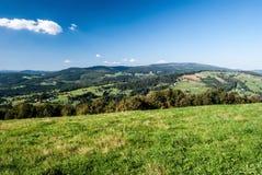 Widok od Ochodzita wzgórza w Beskid Slaski górach blisko Koniakow wioski Zdjęcia Royalty Free