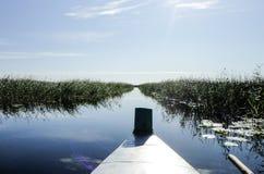 Widok od łodzi na jeziorze zdjęcia stock