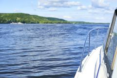 Widok od łodzi na rzeka krajobrazie Zdjęcia Stock