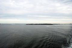 Widok od łodzi na sposobie Finlandia Zdjęcia Royalty Free