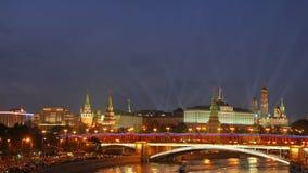 Widok od Patriarshiy mosta Światła reflektorów nad Moskwa Kremlin zdjęcie wideo