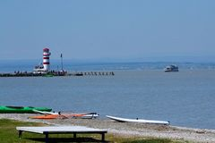 Widok od plaży footbridge i latarnia morska Obrazy Stock
